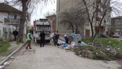 Продължава извозването на боклука във Видин с кола и работници от Общината
