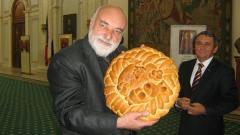 С българска погача посрещнаха в парламента на Румъния художника Емил Цеински, който показа там 33 свои икони.