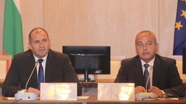 Президентът Радев откри дискусия по проблемите на заетостта на хората с увреждания - (от ляво надясно - Румен Радев, Гълъб Донев)