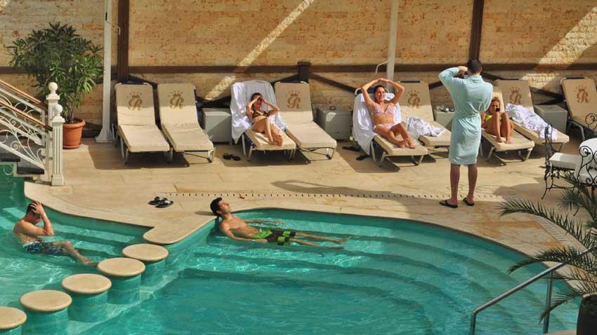 Задължителен атрибут на всеки спа център са вътрешните и външните басейни с топла изворна минерална вода.