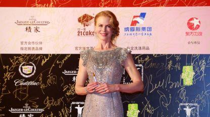 """Никол Кидман получи наградата от домакините за изключителен принос в киното. Холивудската звезда представи последния си филм """"Грейс от Монако"""" в Шанхай."""