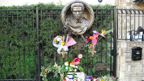 Барельеф у входа Посольства Болгарии на Кипре
