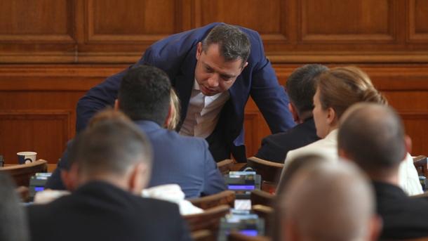Делян Добрев разговаря с депутати в НС