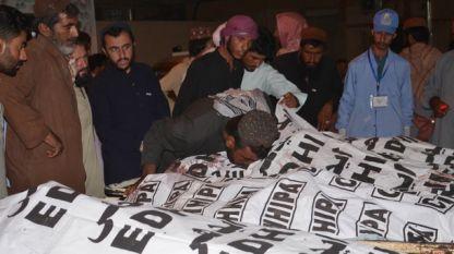 Близки на загиналите при атентата в пакистанския град Мастунг
