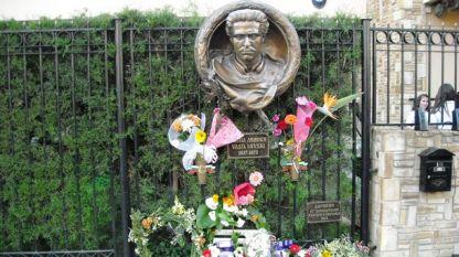 Барелефът на Васил Левски пред сградата на посолството на България в Никозия