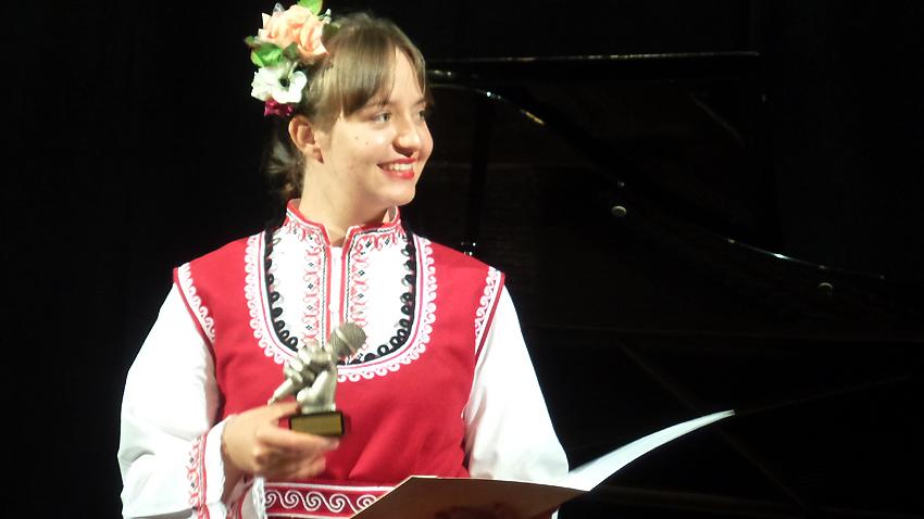 Моника Азманска