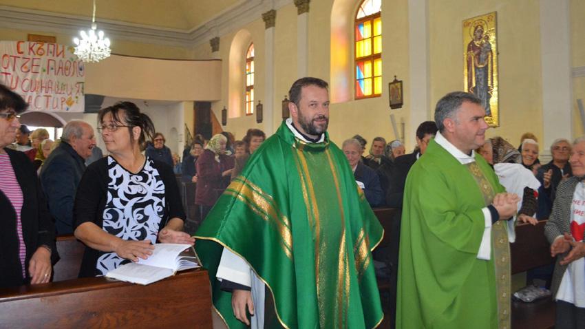 Accueil chaleureux du Père Paolo Cortesi par les catholiques de Béléné, après avoir été banni pour avoir donné refuge à une famille syrienne