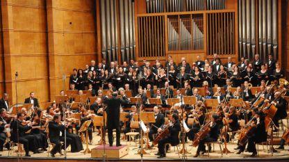 Симфоничният оркестър и Смесеният хор на БНР с диригент Емил Табаков