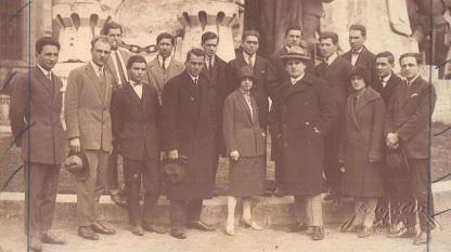 Петър Райчев (на сн. с шапката вдясно) с български студенти в Лвов, 1927 г.
