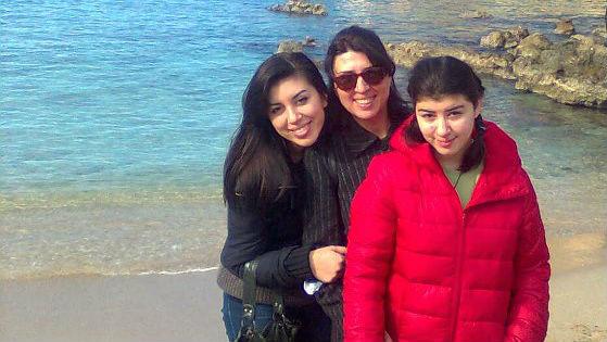 Тинка Андонова с двете си дъщери: Виктория и Юлия