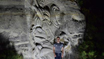 Петър Чорев пред барелефа на Свети Георги Победоносец