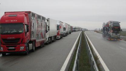 5-километрова опашка от тирове се образува на Дунав мост 2.