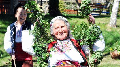 Les vieilles femmes transmettent les traditions de la Saint-Georges aux jeunes filles