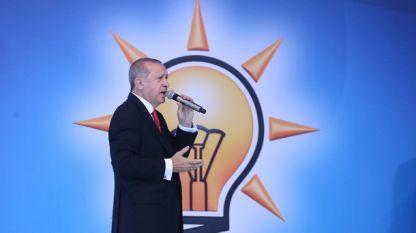 Турският президент Реджеп Ердоган говори на предизборна проява на фона на логото на Партията на справедливостта и развитието.