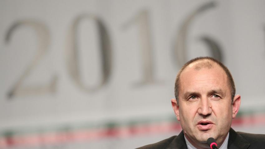 Zgjedhja e Rumen Radevit për president shkaktoi dorëheqjen e qeverisë dhe krijimin e subjekteve të reja politike.