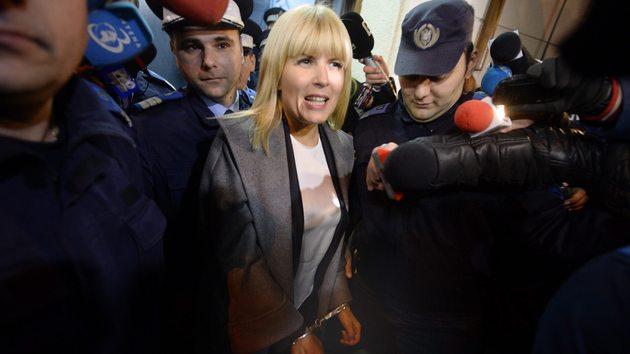 Елена Удря при задържането ѝ по обвинения в корупция в Букурещ през 2015 г.