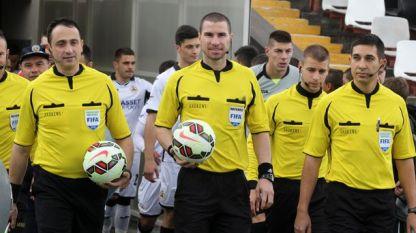 Георги Кабаков (в средата)
