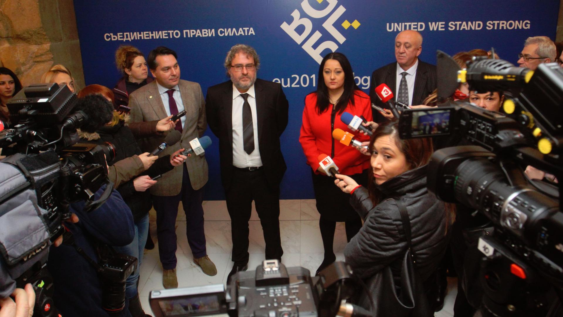 Liljana Pavllova dhe Boill Banov treguan sot para gazetarëve sallat e meremetuara të Pallatit Kombëtar të Kulturës