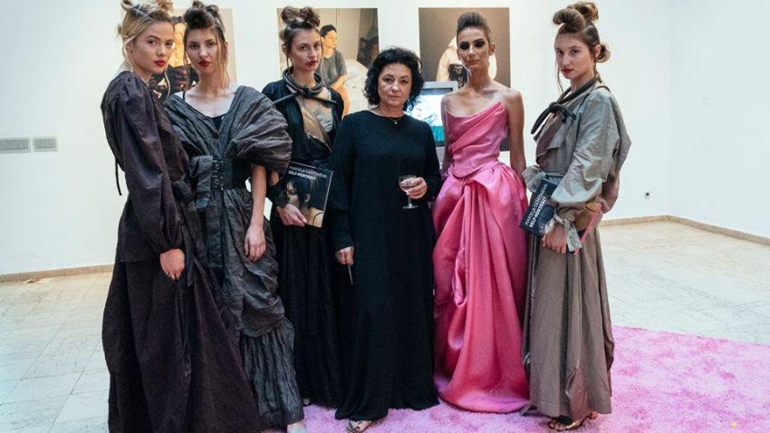 Мариела Гемишева (в центъра) с манекенки облечени в нейни модели