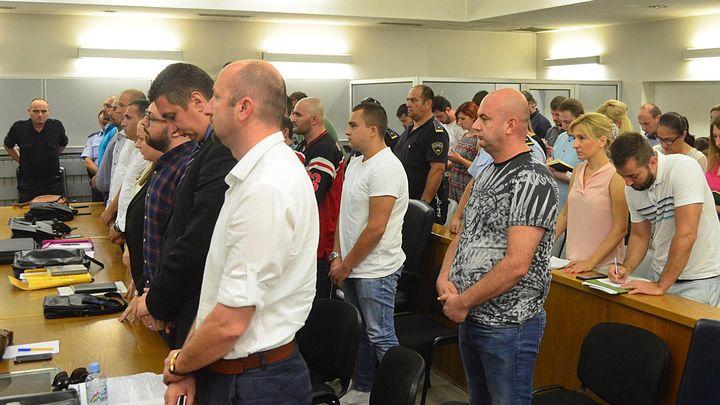Подсъдимите и присъстващите в съд в Скопие стоят прави, докато се четат присъдите по обвинения в опит за убийство на депутата Зиядин Села.