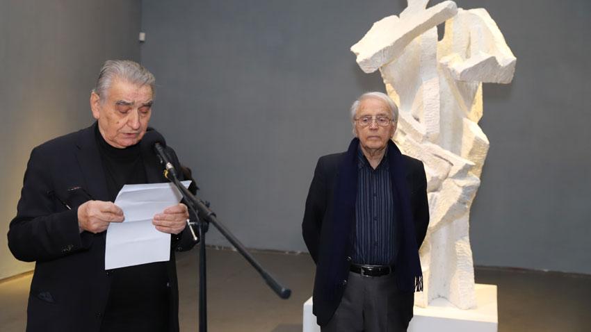 Акад. Светлин Русев (вляво) и проф. Валентин Старчев на откриването на изложбата.