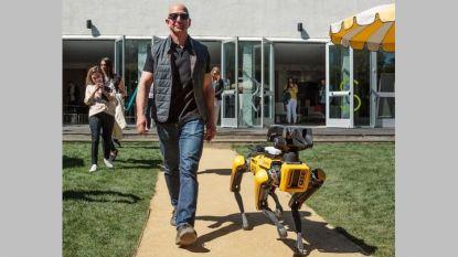 Милиардерът Джеф Безос пусна в акаунта си в Туитър снимка от разходката със Спот мини.