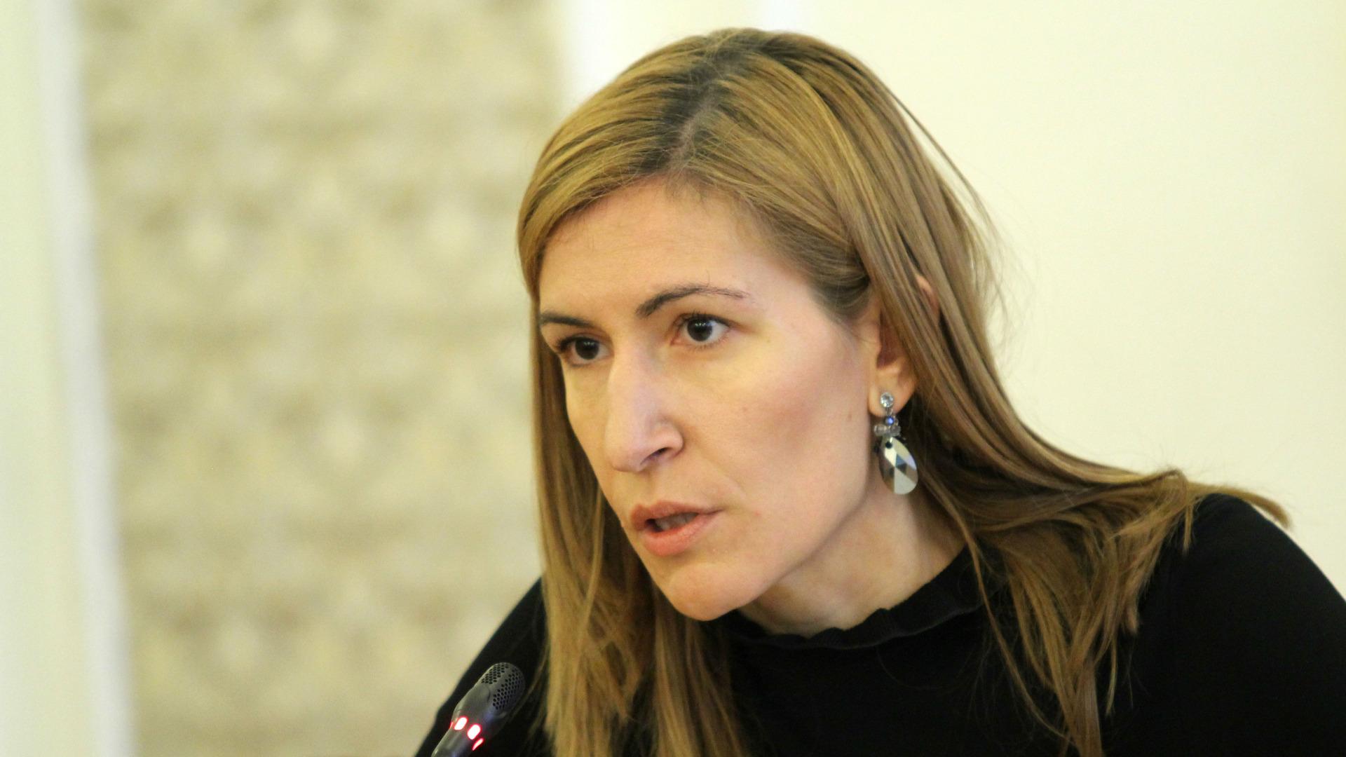 Успешен туристически сезон отчете министър Николина Ангелкова след среща с