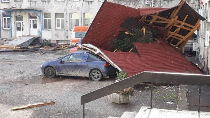 Падналият покрив в двора на болницата затисна 3 коли
