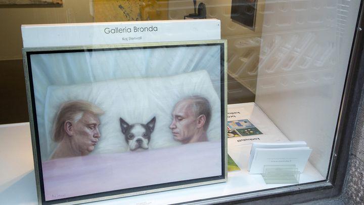 """Творбата на финландския художник Кай Стенвал """"Това е моя територия"""" показва US президента Доналд Тръмп, руския - Владимир Путин, и кучето на финландския им колега Саули Нийнистьо в Хелзинки. Лидерите на САЩ и Русия се срещат утре във финландската столица."""