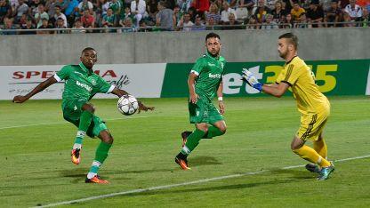 Джоди Лукоки (вляво) отбеляза гол срещу Надежда Доброславци