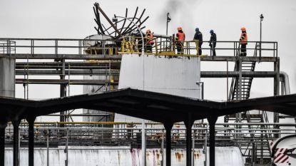 Служители на служби за действие при извънредни ситуации оглеждат мястото на експлозията в химическия завод в Кралупи над Вълтавоу, Чехия.