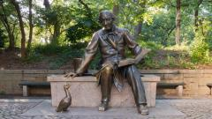 Паметникът на писателя и грозното патенце в Сентръл парк в Ню Йорк.