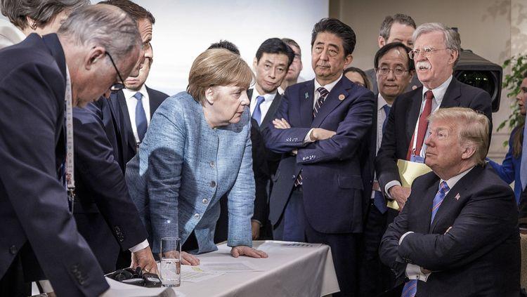На срещата на Г-7 в Канада президентът на САЩ Доналд Тръмп (седнал) се обяви за връщането на Русия във формата