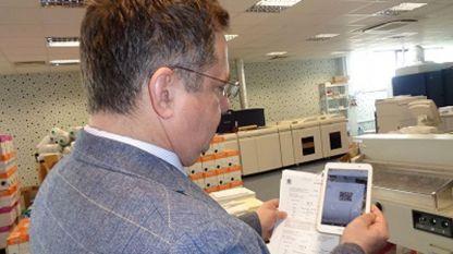 Зам.-кметът Дончо Барбалов прави връзка с е-страницата на общината чрез QR код, отпечатан в данъчното съобщение