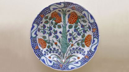 Керамика, украсена с цветя и кипарис, от Изник, Турция, 1575 г.
