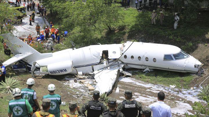 Спасителни екипи на мястото на катастрофата на летището на Тегусигалпа.