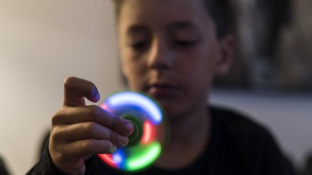 Играчка, разработена за деца със специални потребности за намаляване на стреса, доби популярност по света. На снимката: Дете в училище в Берн, Швейцария