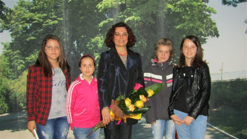 Анна Мария Петрова-Гюзелева с момичетата от Работилницата по творческо писане на Видинската математическа гимназия, Снимка: Ваня Минева