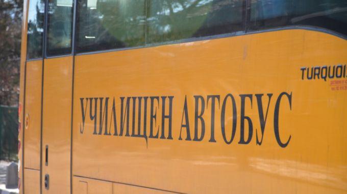 Училищен автобус с 3 деца и един преподавател катастрофира по