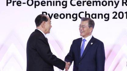 Южнокорейският президент Мун Дже-ин (вдясно) се ръкува с Ким Йон-нам - шеф на парламента на КНДР и формален държавен глава на Северна Корея.