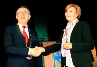 Таня Гогова получи от кметът на общината инж. Хасан Азис удостоените с отличието диплом и плакет с герба на общината