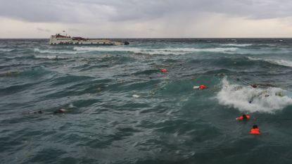 Пътници в морето край индонезийския остров Селаяр чакат да бъдат спасени след повреда и засядане на ферибота им.