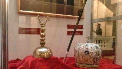 Звънецът от Учредителното събрание и архиерейската корона на екзарх Антим I в изложба в Народното събрание