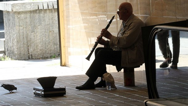 Уличен музикант свири на кларинет