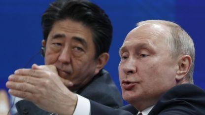 Руският президент Владимир Путин и японският премиер Шиндзо Абе на форума в Санкт Петербург