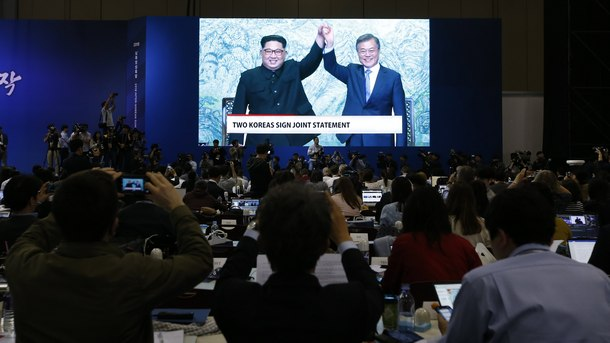 Ким Чен-ун и Мун Дже-ин след подписването на общата декларация