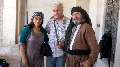 Хъдър Салфидж Ал-Хъдър (в средата) с кюрдските актьори от град Ербил: Раушен Файек (вляво) и Омар Чаушин.