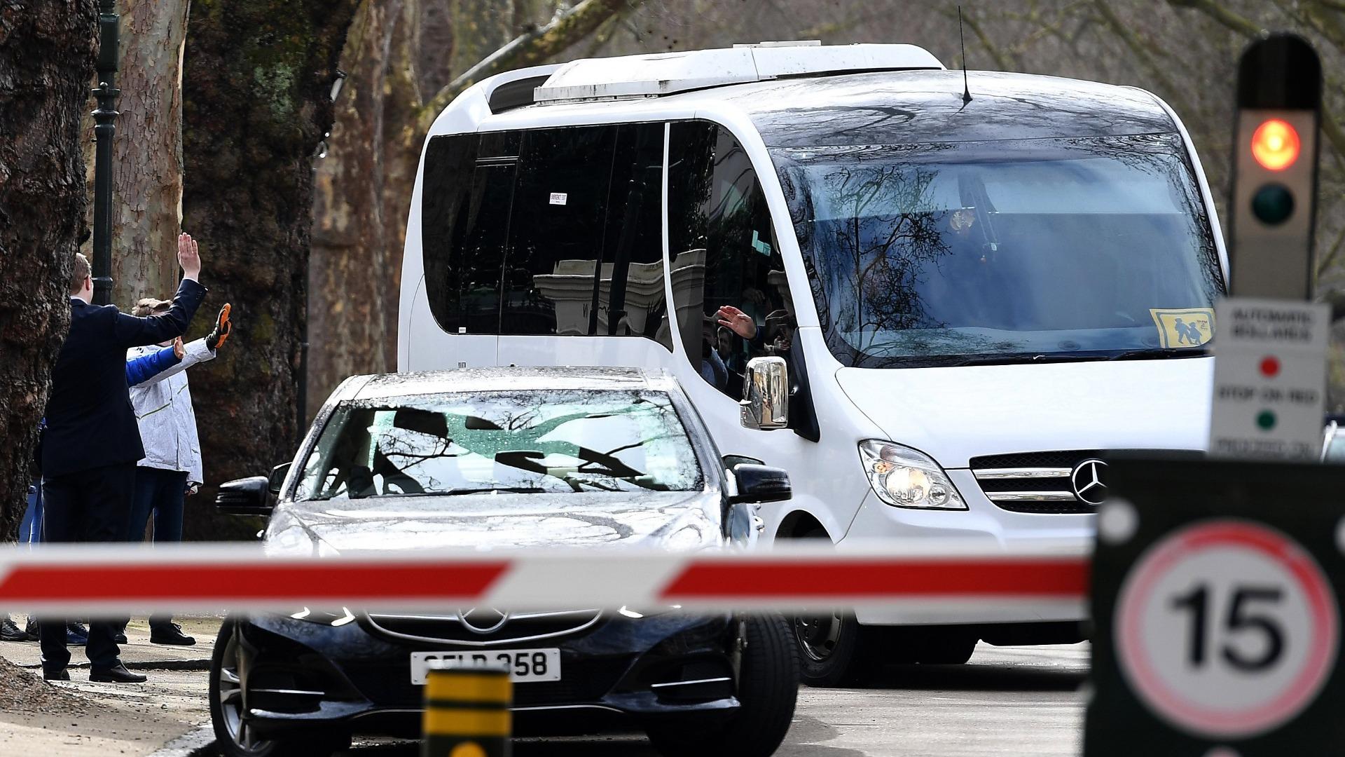С автобуси бяха превозени 23-ма дипломати и техните семейства, които бяха изгонени от посолството на Русия в Лондон