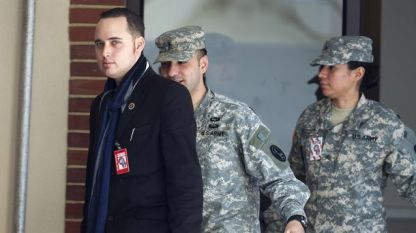 Ейдриън Ламо влиза за делото срещу информатора Брадли Манинг във военен съд в Мериленд през декември 2011 г.
