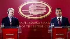 Йоханес Хан и Зоран Заев по време на пресконференция в правителствената сграда в Скопие.